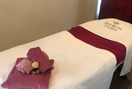 ラヴニールの施術ベッドと施術着の写真