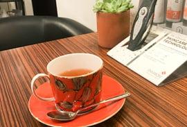カウンセリングをする机とお茶の写真