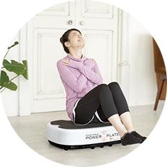 パーソナルパワープレートで座ってトレーニングをする女性の写真