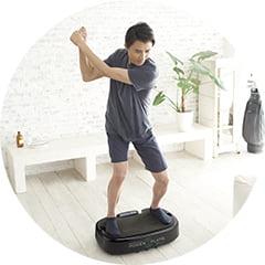 パーソナルパワープレートでトレーニングする若い男性の写真